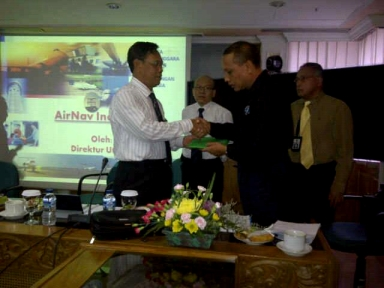 President IATCA menyerahkan hasil kajian kepada Dirut Perum LPPNPI